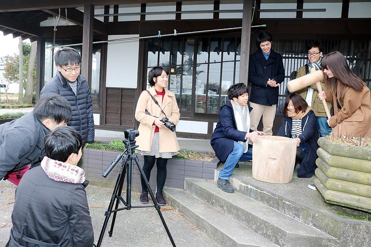 餅つきのシーンを撮影する学生=椚山いろり館