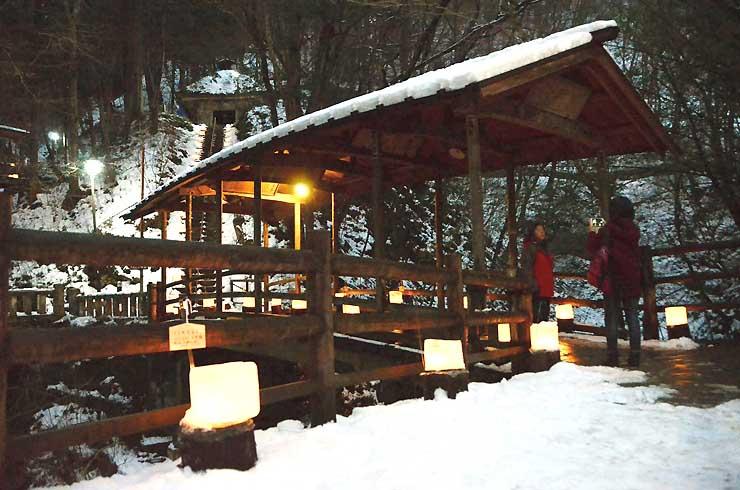 氷の灯籠でライトアップされた鹿教湯温泉の五台橋や石段=9日午後5時すぎ、上田市