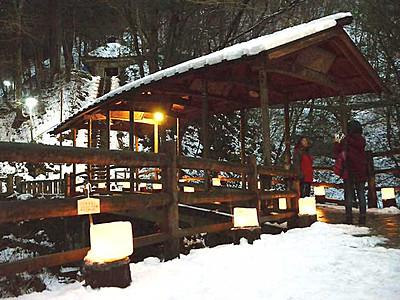 雪化粧の渓谷、氷灯籠の明かり 鹿教湯温泉で200個に