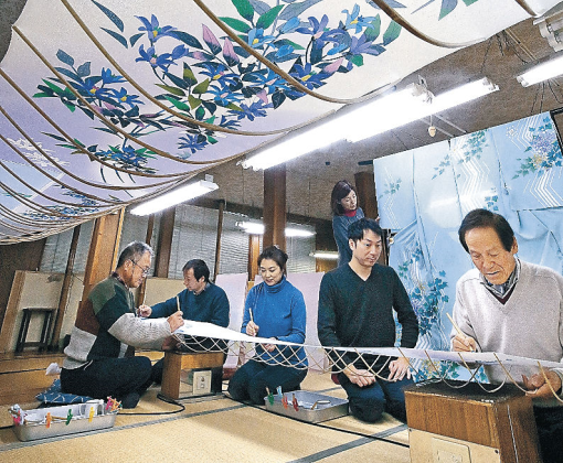 絵付け作業に励む会員ら=金沢市の加賀友禅「毎田染画工芸」