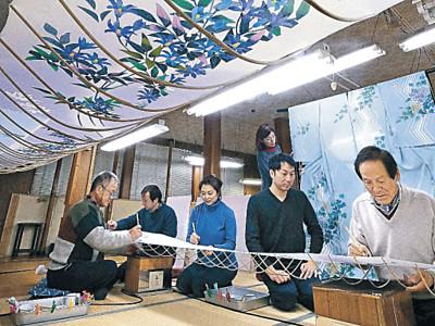 工房、春めく 金沢、加賀友禅の新作絵付け