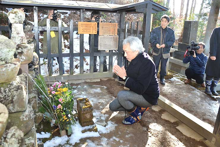 室賀氏の墓前で手を合わせる西村さん