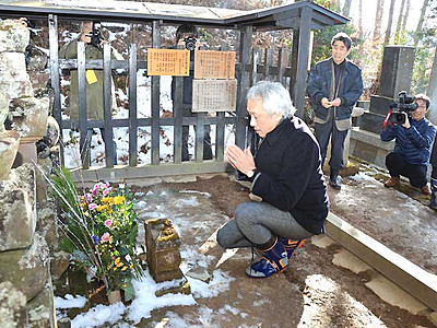 西村雅彦さん、上田で室賀氏の墓参 「真田丸」終了報告