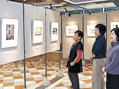 昨年他界の冨岡さんしのび写真展 金沢で生徒8人