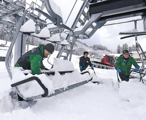 リフト乗り場の雪をすかし、オープン準備を進めるスタッフ=白山市の一里野温泉スキー場