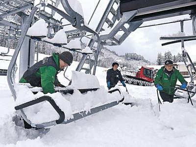 ゲレンデ、待望の雪 一里野、セイモア13日オープン