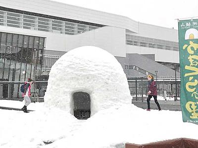 飯山駅前に大きなかまくら 「雪国の魅力知って」