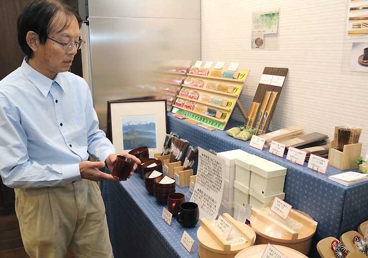 木曽漆器を展示・販売するコーナーで、お気に入りのカップを手にする高山さん