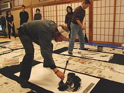 長野で楽しむ新年の催し 善光寺宿坊「玉照院」で書き初め