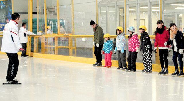 スケート教室で滑り方を習う参加者=福井県敦賀市のニューサンピア敦賀
