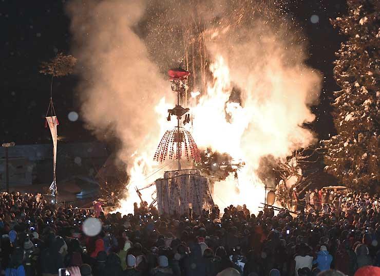 火を放たれた社殿が赤々と燃え上がり、クライマックスを迎えた「野沢温泉の道祖神祭り」=15日午後10時31分、野沢温泉村