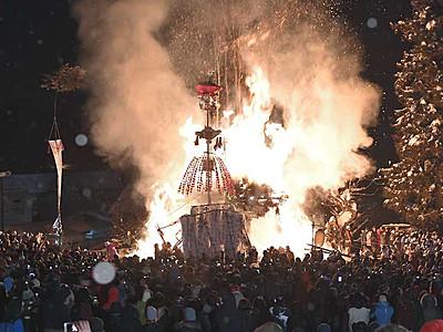 湯の村の冬、炎の攻防 野沢温泉「道祖神祭り」