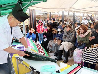 魚のまち・氷見PR 番屋街でブリ解体ショー