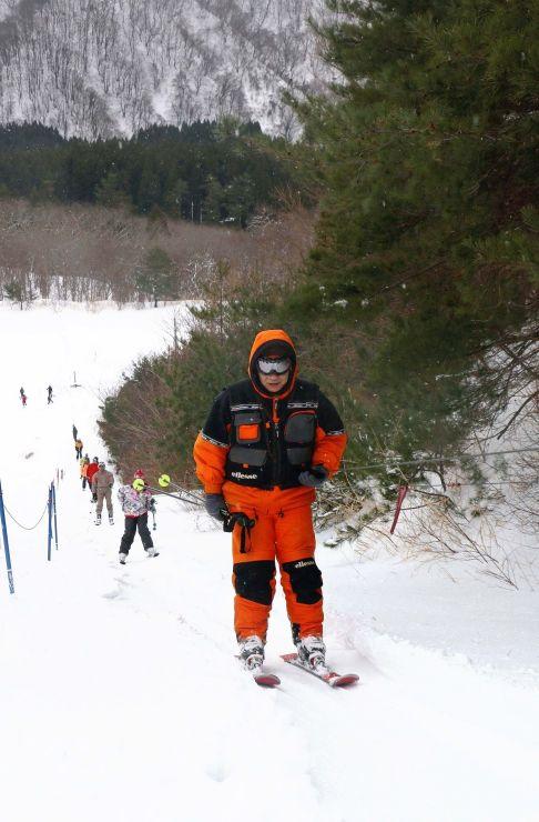 初滑りへの期待を胸にロープ式のリフトでゲレンデを登るスキーヤーら=15日、佐渡市金井新保の市営平スキー場