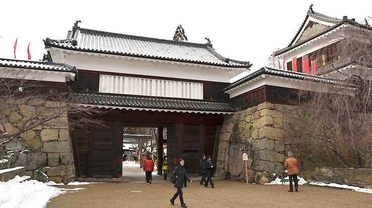 本年度、過去最高の入場者が訪れた上田城跡公園の櫓門=16日、上田市二の丸