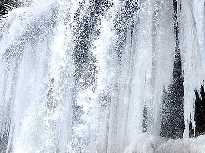 乙女滝、水と氷の迫力 茅野・横谷渓谷