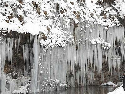 「白川の氷柱群」ぐんぐん成長 木曽・西野川の断崖