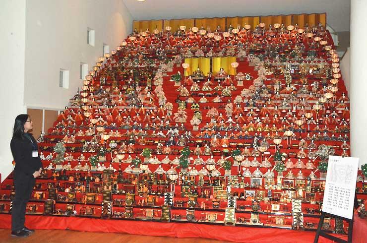 ハート型にぼんぼりを並べた世界の民俗人形博物館で展示されている30段のひな飾り