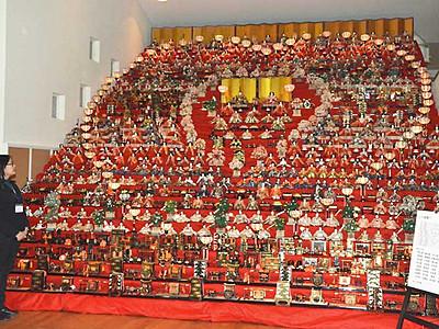 30段飾り、描く「春」 須坂「雛祭り」始まる