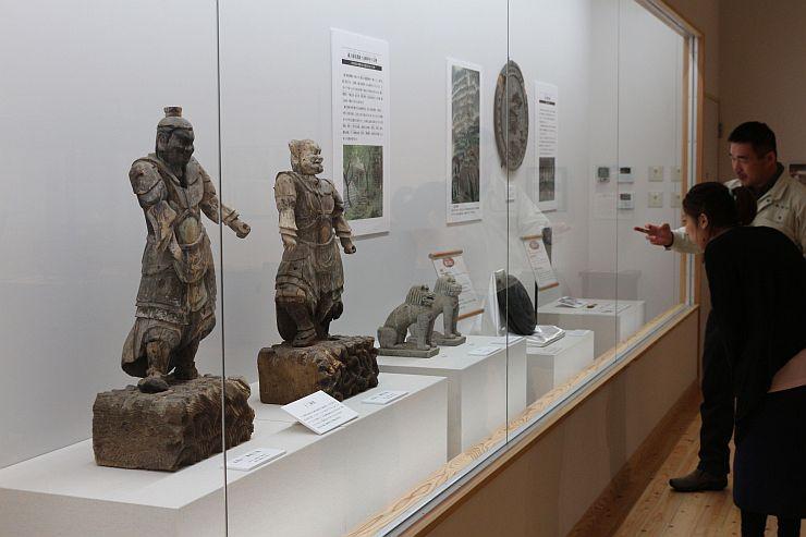 中世の木像などが並ぶ「奥山荘の至宝展」=胎内市下赤谷の胎内市美術館