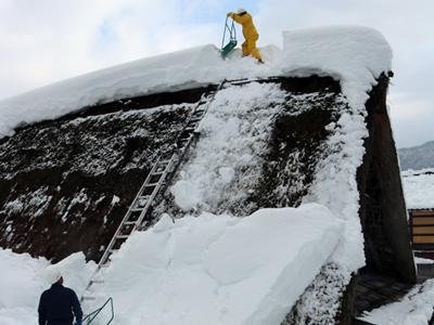 世界遺産の茅ぶき屋根で雪下ろし 相倉合掌造り集落