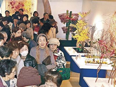 装い一新、創造性競う 北國花展後期展始まる