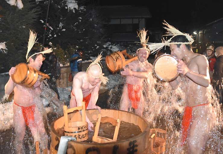 厳しい寒さの中、ふんどし姿の男たちが冷水を浴びた「寒の水」=20日、御代田町