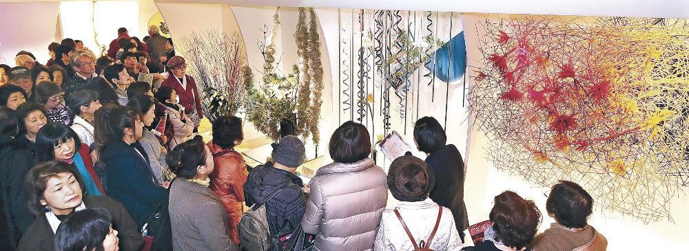 一期一会の花の美に親しむ来場者=金沢市のめいてつ・エムザ8階