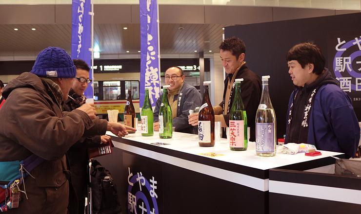 「立ち飲み」スタイルで富山の地酒が味わえるコーナー=富山駅