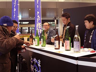 富山駅で「地酒」立ち飲み 市民団体が有料試飲会