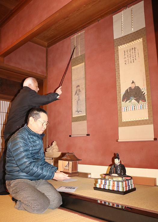 土蔵造りのまち資料館に展示された「天神様」の掛け軸や木彫
