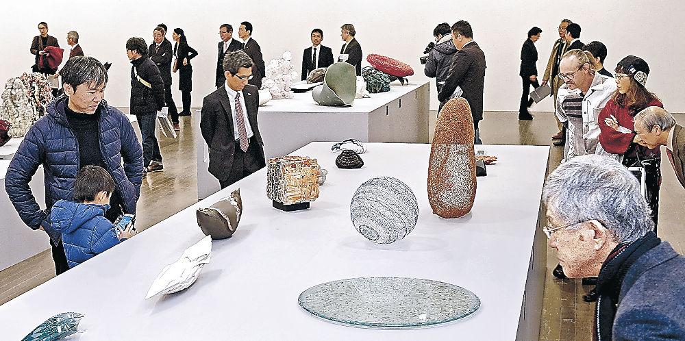 現代的な感性が加わった工芸作品に見入る来場者=金沢21世紀美術館