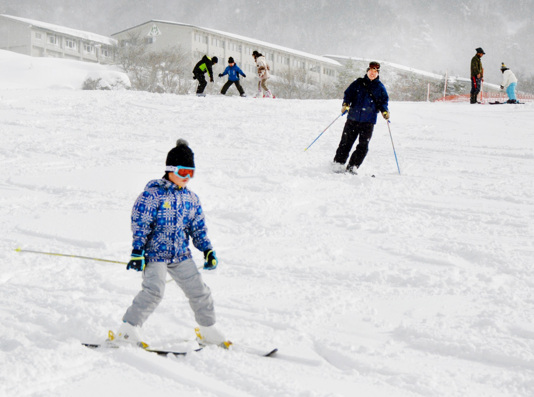 ゲレンデをゆっくりと滑り降りる子どもら=21日、大野市南六呂師の六呂師高原スキーパーク