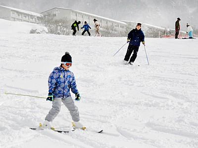六呂師高原スキーパーク開業 傾斜緩やか、親子ら特訓