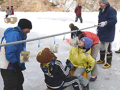 田んぼリンクでパン食い競走 北相木の児童ら氷上運動会