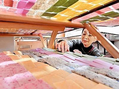 野菜混ぜた「かき餅」色鮮やか 福井、地元主婦ら製造進める
