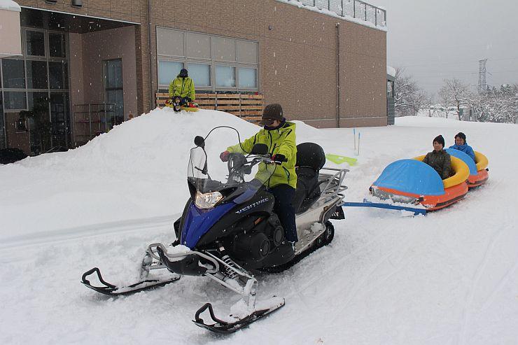 「市民の家」の冬場の来館者を増やすため、導入された雪上ボート=小千谷市山本