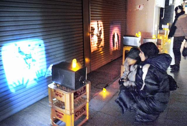温かな雰囲気の影絵が並ぶ新栄商店街=2014年2月、福井市中央1丁目