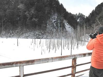 冬の王滝「ドラマチックな風景」 王滝川自然湖が全面結氷