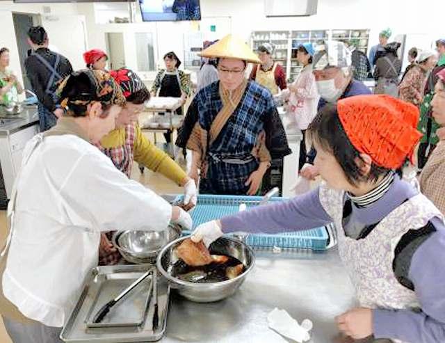 サバのしょうゆ干しの調理体験をしてもらった出張講座=21日、京都市内(福井県小浜市提供)