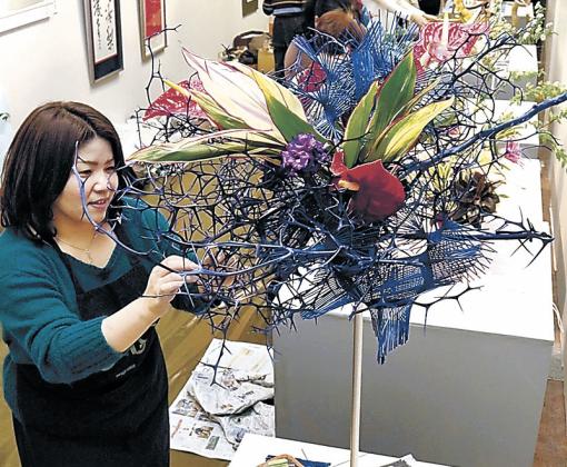 華やかな空間をつくり上げる出品者=小松市民ギャラリー「ルフレ」