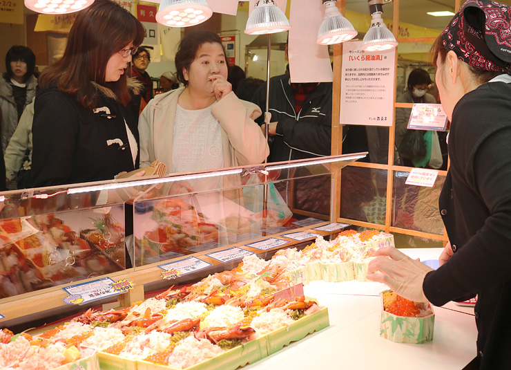海鮮丼を買い求める客=富山大和