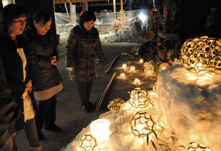 アイスキャンドルや竹で作ったランプシェードが並ぶ薮原宿=28日午後6時、木祖村