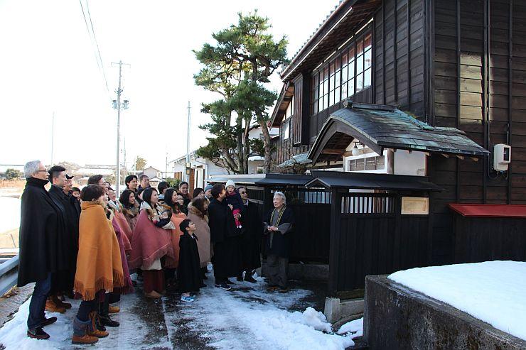 角巻きやトンビ姿で岩室温泉街の名所などを巡ったまち歩き=29日、新潟市西蒲区