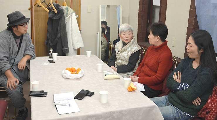 「あいおい会い追い善光寺さん」制作に生かすため、長野相生座・ロキシーの常連客ら(右側)への聞き取りも行われた=昨年12月28日、長野市