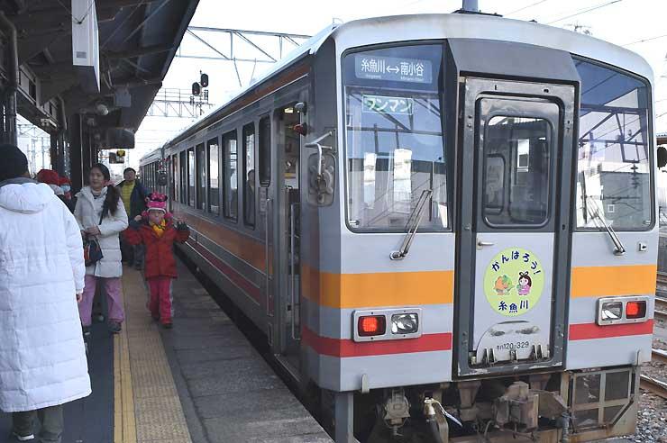 「がんばろう!糸魚川」のヘッドマークを付けて1日から運行を始めた列車=午前10時20分、糸魚川市のJR糸魚川駅