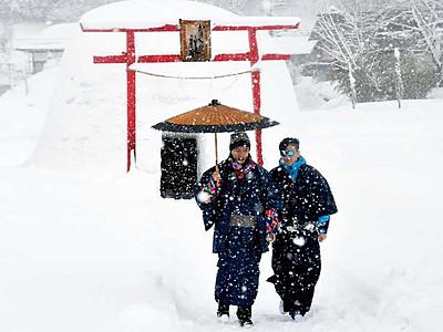 雪国の風情、着物姿で満喫 飯山「かまくら村」