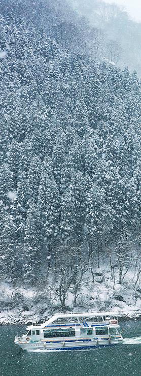 山肌の木々が雪化粧した庄川峡を進む遊覧船=砺波市庄川町小牧