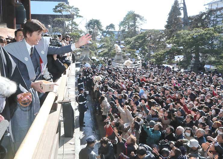 善光寺の節分会で福豆などをまく俳優の草刈正雄さん(左)=3日、長野市
