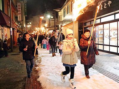 たいまつ手に街歩き 宇奈月温泉雪のカーニバル